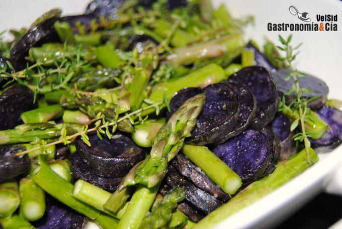 Cazuelita de espárragos, jamón y patata violeta