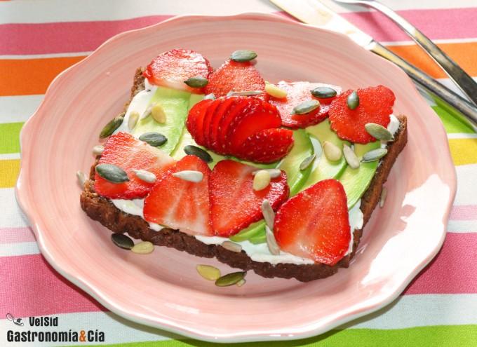 Pan de centeno con aguacate, fresas y semillas