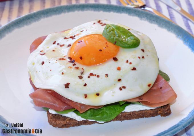 Pan de centeno con huevo, jamón y espinacas