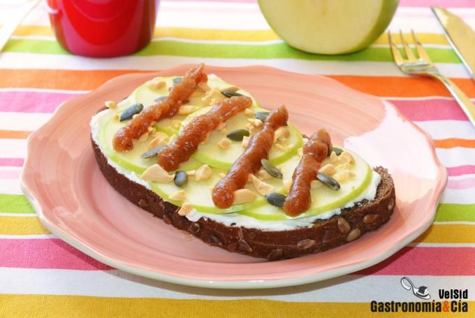 Tostada de centeno con queso crema, manzana verde y dát