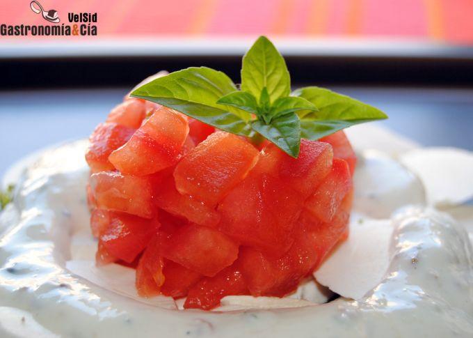 Carpaccio de champiñones, tomate concasse y salsa de pi