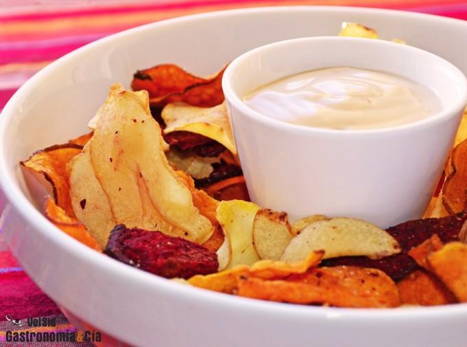 Chips de vegetales con salsa de Cabrales