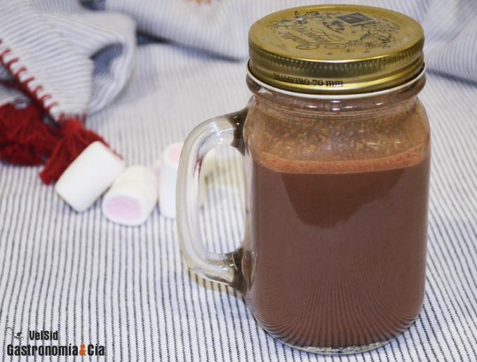 Chocolate caliente con mantequilla de cacahuete en tarr