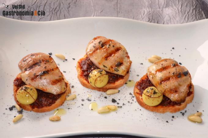 Pechuguita de codorniz con paté de tomate seco y aceitu