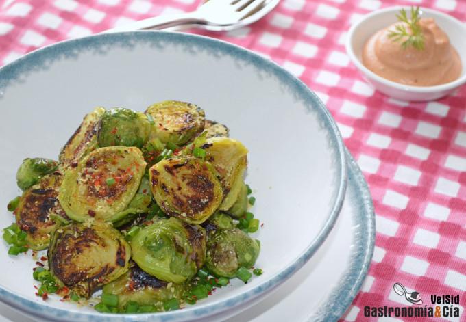 Coles de Bruselas tostadas con salsa vegana de sriracha