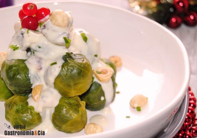 Coles de Bruselas con salsa de queso azul, avellanas y