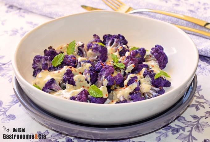 Coliflor morada salteada con salsa de yogur, mostaza y