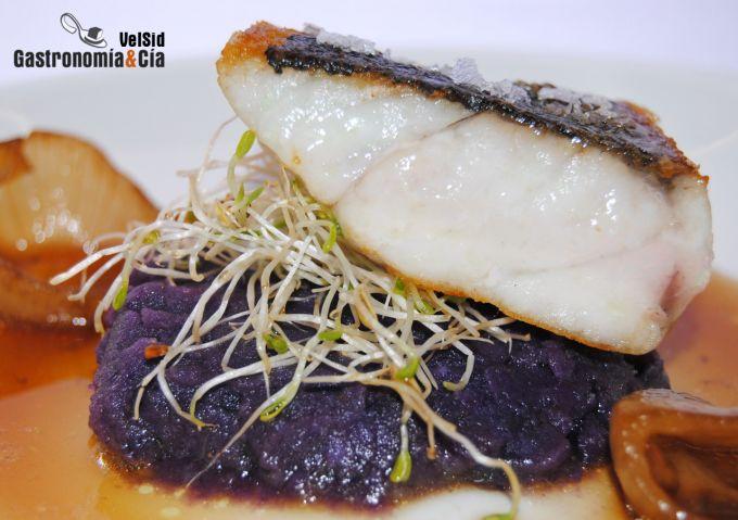 Corvina con patata violeta y caldo de chalota tostada