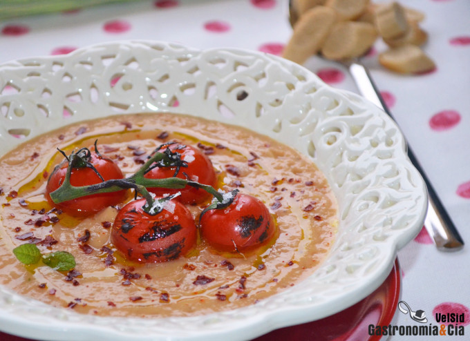 Crema de berenjena y puerro con tomates cherry a la lla