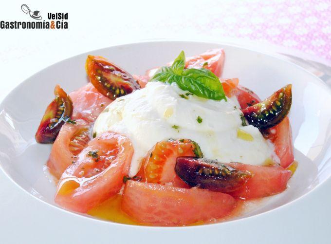 Crema de 'falsa' burrata con tomate y aceite de albah