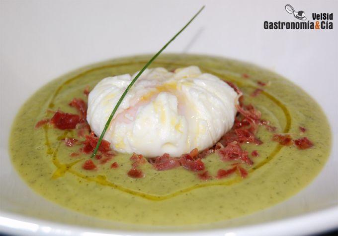 Crema de calabacín y chirivía con huevo poché