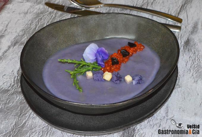 Crema de coliflor morada con huevas de trucha y salicor
