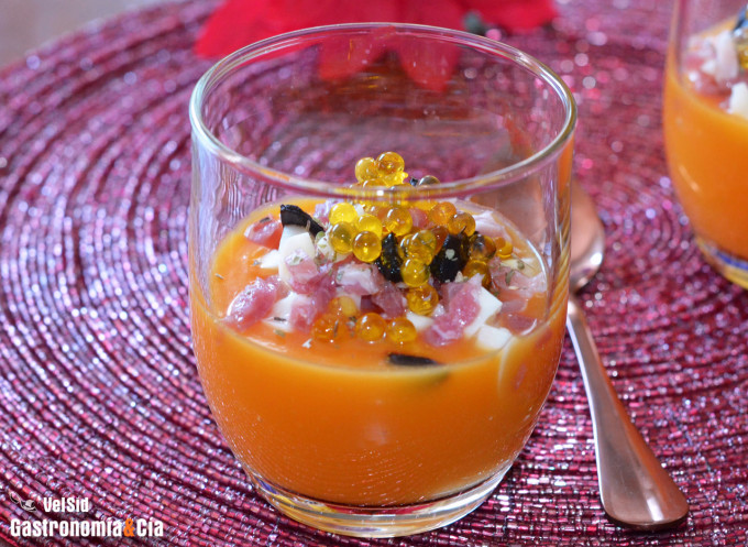 Crema de calabaza con palmitos, jamón ibérico y ajo neg
