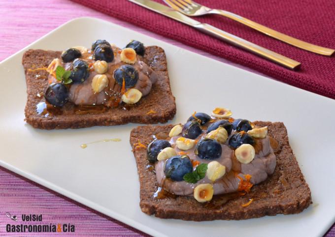 Crema de tofu, cacao y naranja sobre pan de centeno