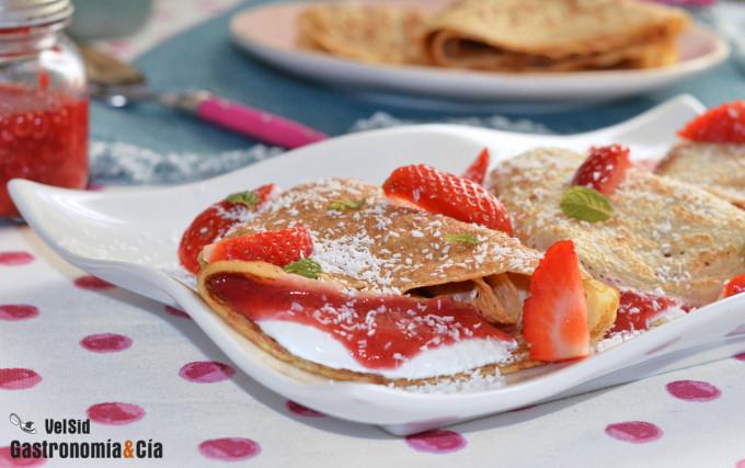 Crepes rellenos de queso, coco y mermelada de fresa