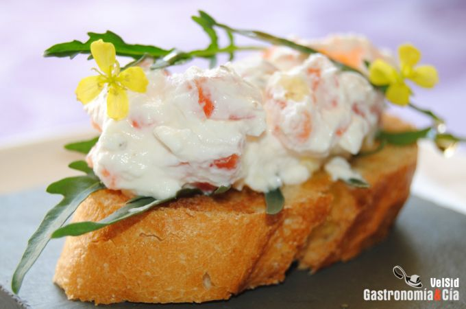 Crostini de salmón marinado con queso, rúcula y sus flo