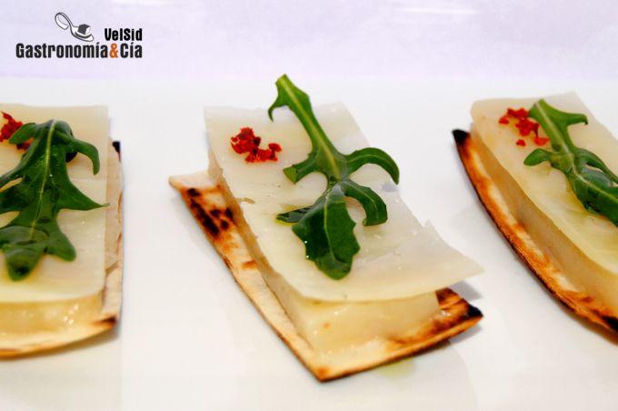 Coca de queso de oveja y cuajada de pera Sichuan