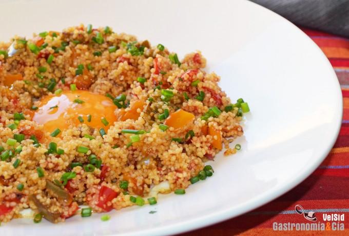 Cuscús con pimientos y huevo a la plancha