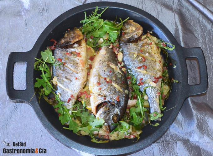 Dorada al horno con rúcula y jamón