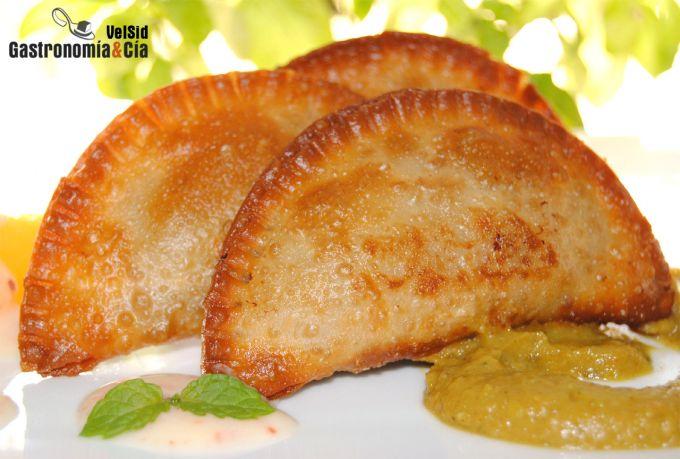 Empanadillas de cordero con salsa curry de berenjena