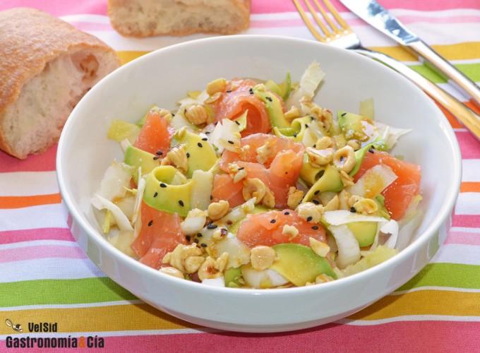 Ensalada de endibias con aguacate, salmón y avellanas