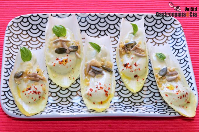 Endibias con tofunesa de albahaca y semillas