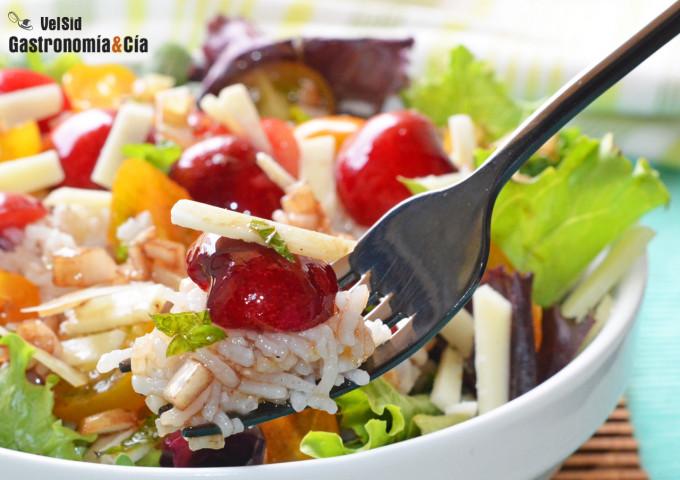 Salade de riz aux cerises et fromage pecorino