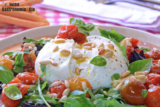 Ensalada de burrata con tomates confitados y piñones