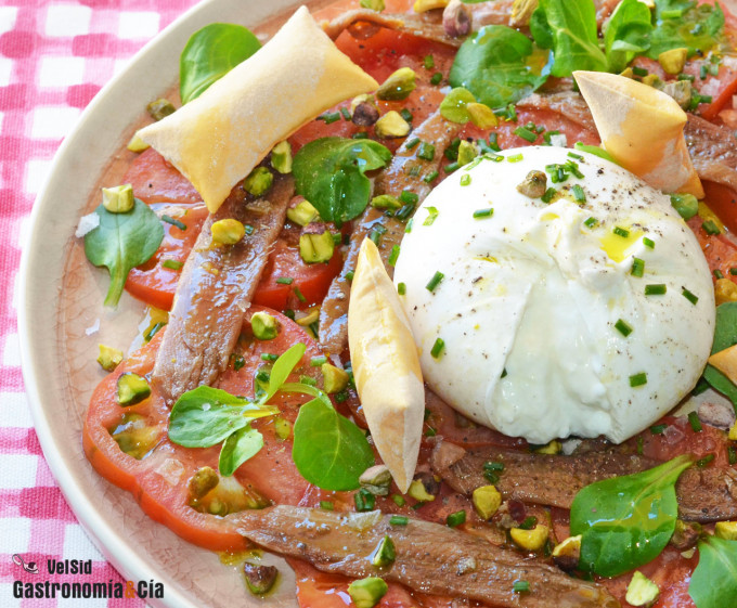 Ensalada de tomate con burrata y sardinas anchoadas