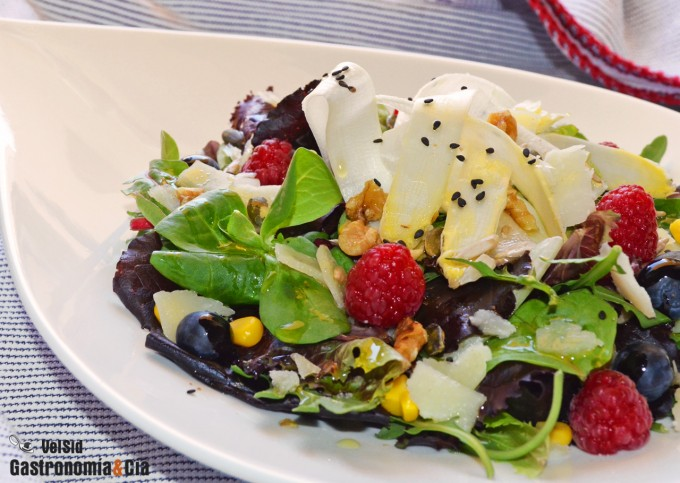 Ensalada con espárragos blancos frescos y frutos rojos
