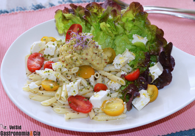 Ensalada de macarrones con queso feta y vinagreta de br