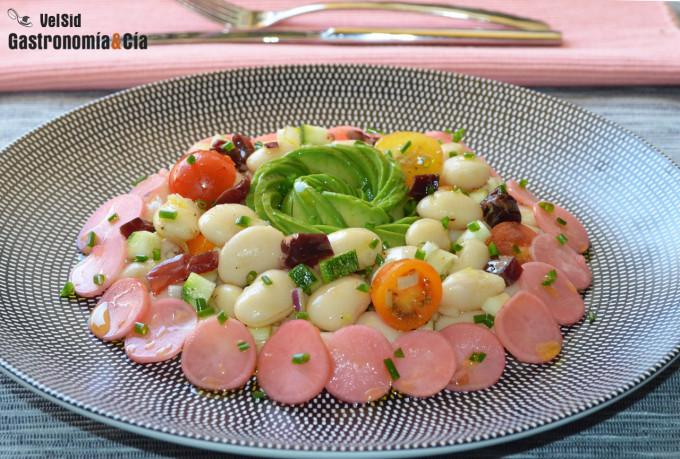 Ensalada de alubias con aguacate, tomate y rabanitos ag