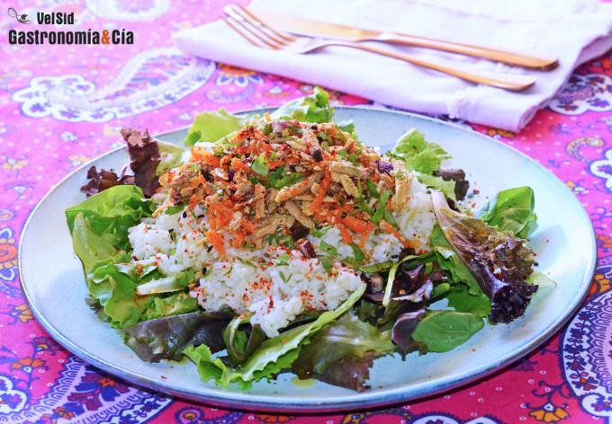 Ensalada de arroz, tofu y zanahoria con aliño de sésamo