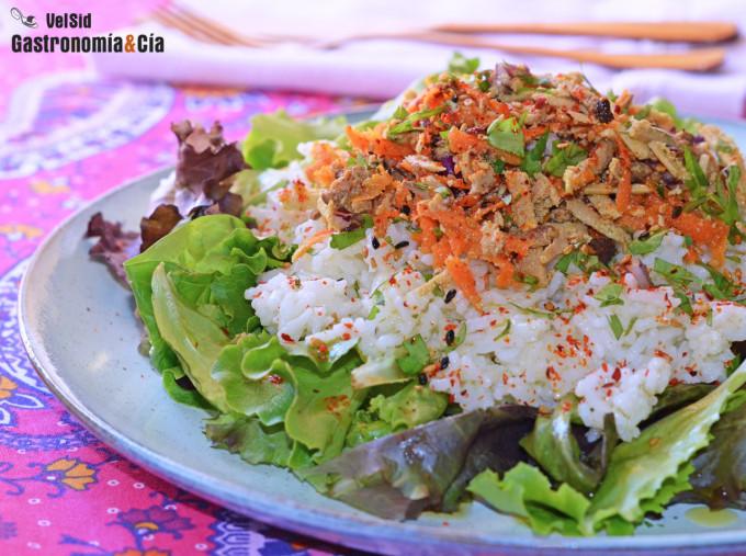 Salade de riz, tofu et carottes avec vinaigrette au sésame