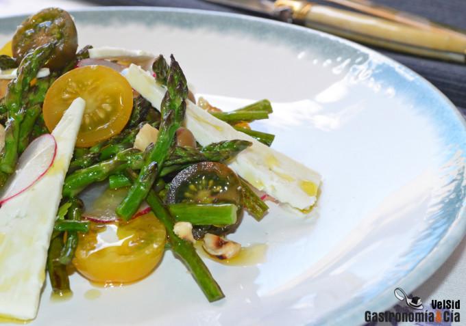 Ensalada de espárragos verdes con tomates y queso feta