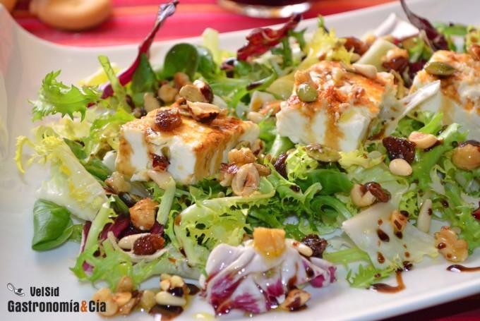 Ensalada con queso feta a la plancha y frutos secos
