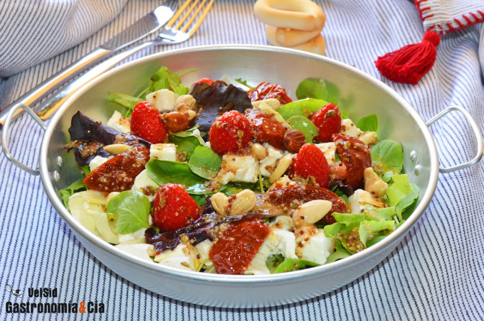 Ensalada de fresitas de verano, tomates secos en aceite