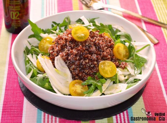 Ensalada de quinua roja, hinojo y tomates cherry
