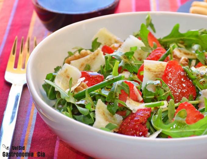 Ensalada de rúcula, fresas y parmesano