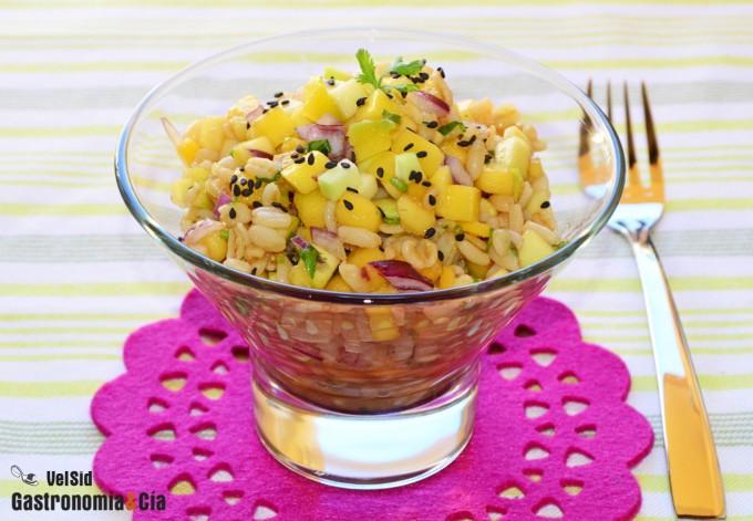 Ensalada de trigo tierno con mango, calabacín y vinagre