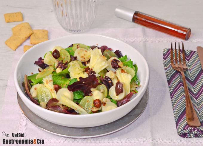 Ensalada de brotes tiernos con uvas y queso Tête de Moi