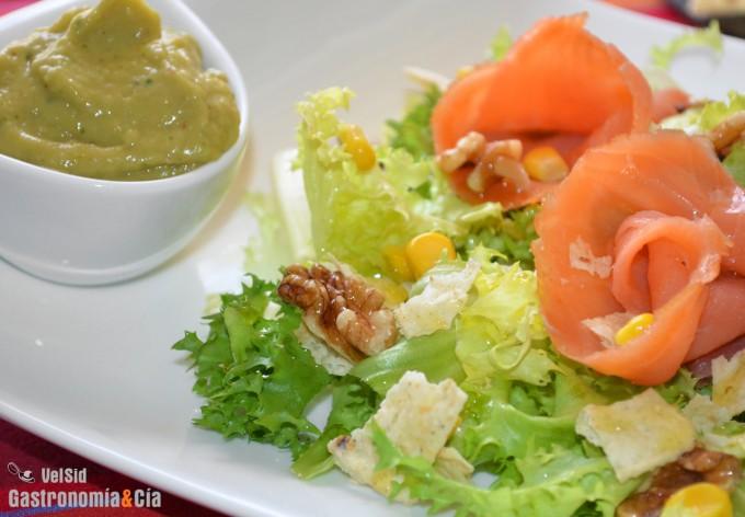 Ensalada de escarola, salmón y guacamole