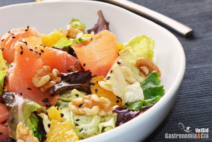 Ensalada de salmón ahumado, naranja y vinagreta de wasa