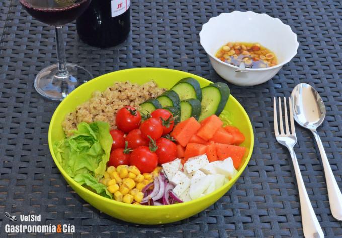 Ensalada de quinoa y papaya con vinagreta de teriyaki y