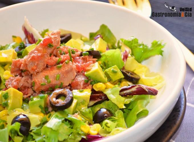 Ensalada de atún con tomate y cebollino