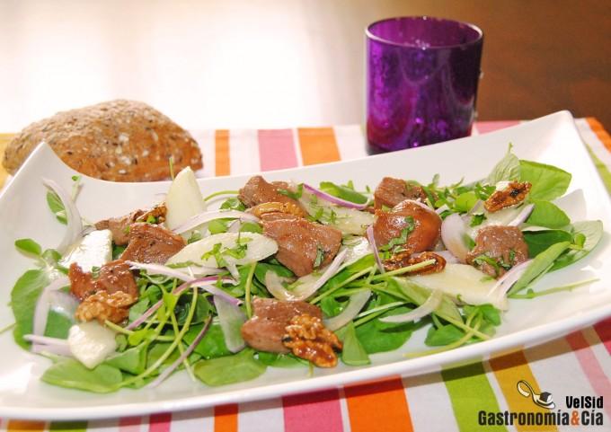 Ensalada de berros con pavo teriyaki y pera