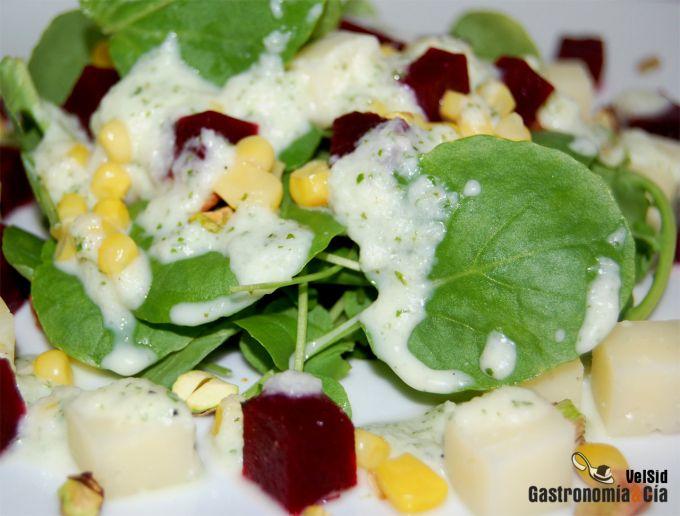Ensalada de berros con queso, remolacha y tzatziki