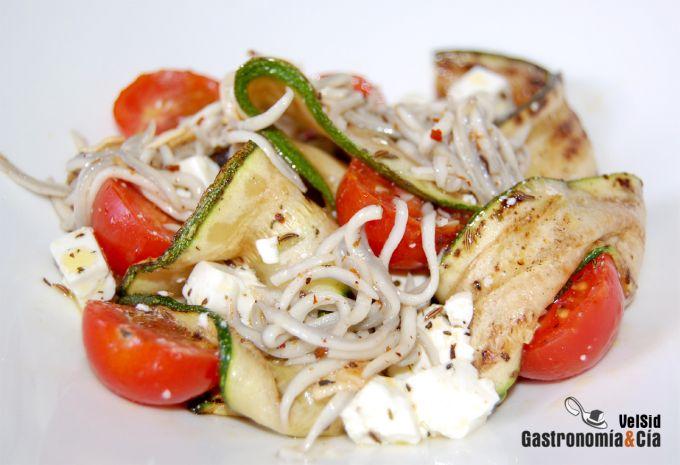 Ensalada de calabacines, queso y anguriñas