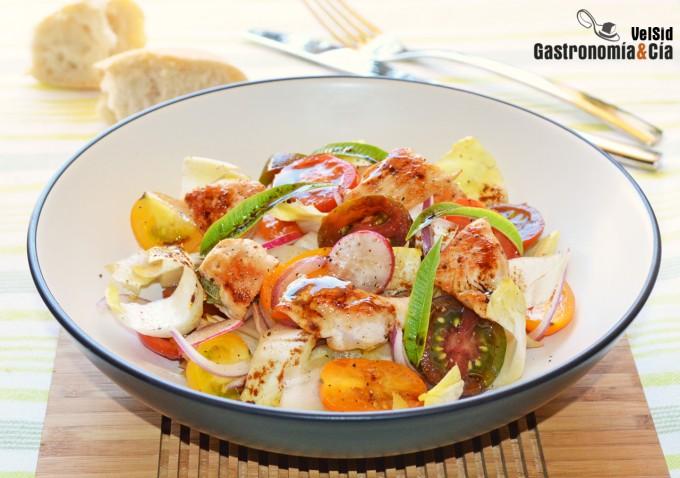 Ensalada de endibias, tomate y pavo con vinagreta de ba