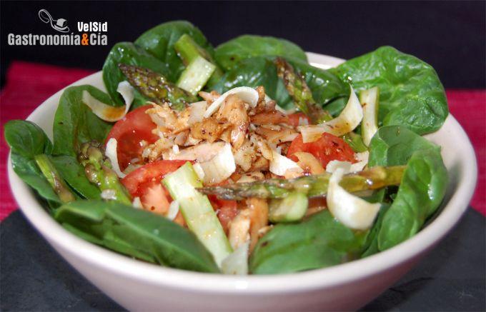 Ensalada de espinacas, pollo y espárragos